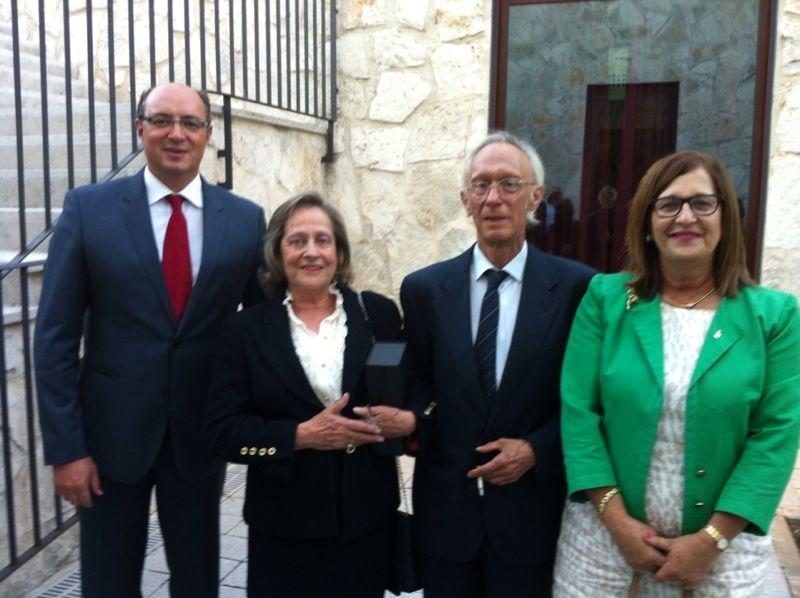 PREMIO SANITARIAS 2000 AÑO 2013 A D.ANTONIO ENCINAS MARIDO DE Dª. CRISTINA MADRAZO